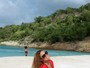 Mariah Carey esconde o corpão com look comportado na praia