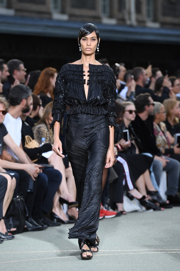 Joan Smalls no desfile da Givenchy, em Paris, na França (Foto: Getty Images)