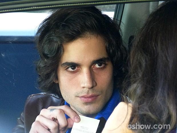 Alex se aproxima do carro e diz que precisa falar com a atriz (Foto: Geração Brasil / TV Globo)