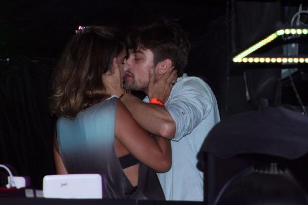 Raphael Sander beija muito (Foto: Gustavo Brescini / Divulgação)
