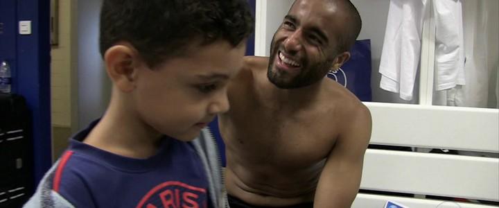 Menino chora por derrota do PSG e depois visita time