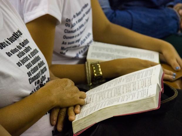 7/5/2013 - Familiares de réus acompanham o julgamento com Bíblias no colo (Foto: Jonathan Lins/G1)