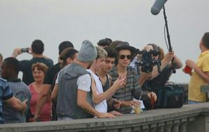 Integrantes do One Direction visitam o Cristo Redentor e são cercados por fãs