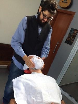 Para o barbeiro Felipe Gomes, cliente tem que ficar a vontade (Foto: Henrique Detoni)
