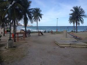 Praça onde a menina diz ter sido estuprada fica no fim da praia do Leblon (Foto: Luís Bulcão / G1)