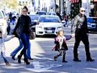 Jennifer Lopez e o namorado passeiam com as crianças em Beverly Hills