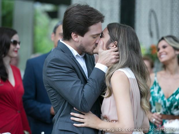Lili e Marcelo comemoram noivado (Foto: Felipe Monteiro/TV Globo)