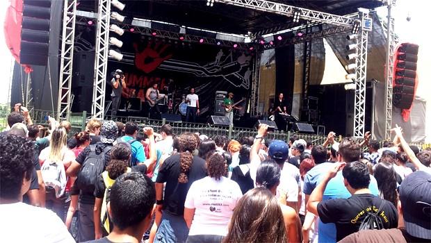 Jovens durante show no Festival Summer Beats  (Foto: Priscila Nascimento/EPTV)