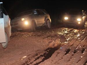 Carro saiu da estrada durante percurso (Foto: Taísa Arruda/G1)