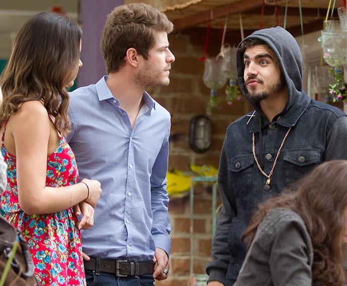Grego convida Mari e Ben para se sentarem na mesma mesa onde está com Margot (Foto: Fabiano Battaglin/Gshow)
