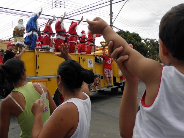 Turma do Papai Noel inicia entrega de brinquedos em bairros de Piracicaba  (Foto: Rober Caprecci)