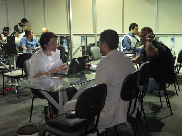 """Consumidores renegociam dívidas durante o """"Feirão Limpa Nome"""" da Serasa (Foto: Taís Laporta/G1)"""