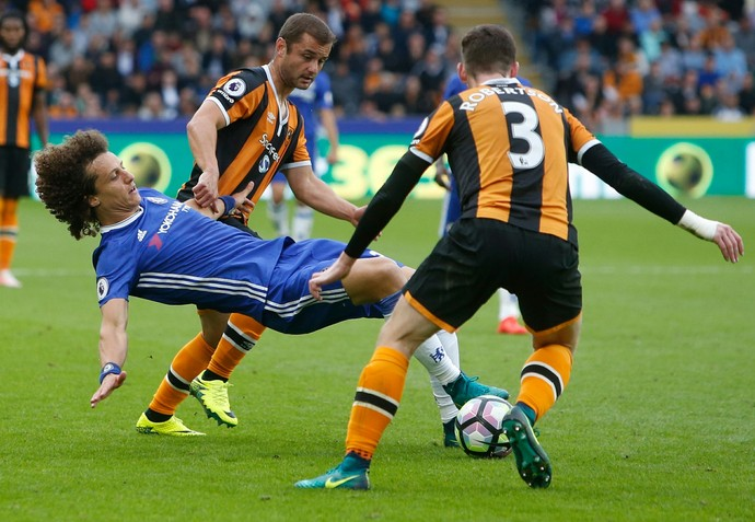 David Luiz na marcação em Hull City x Chelsea (Foto: Danny Lawson/PA via AP)