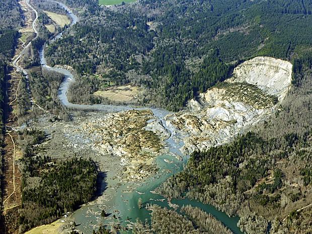 Vista aérea da área atingida pelo deslizamneto de terra no estado de Washington. (Foto: Ted S. Warren/AP)
