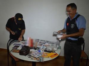 Objetos apreendidos demonstram que lugar era usado para explorar a prostituição, segundo delegada (Foto: Walter Paparazzo/G1)