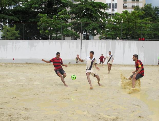Disputa de bola final Campeonato Brasileiro sub-23 Greg Mauricinho Flamengo Vasco futebol de areia (Foto: Ana Carolina Fontes)