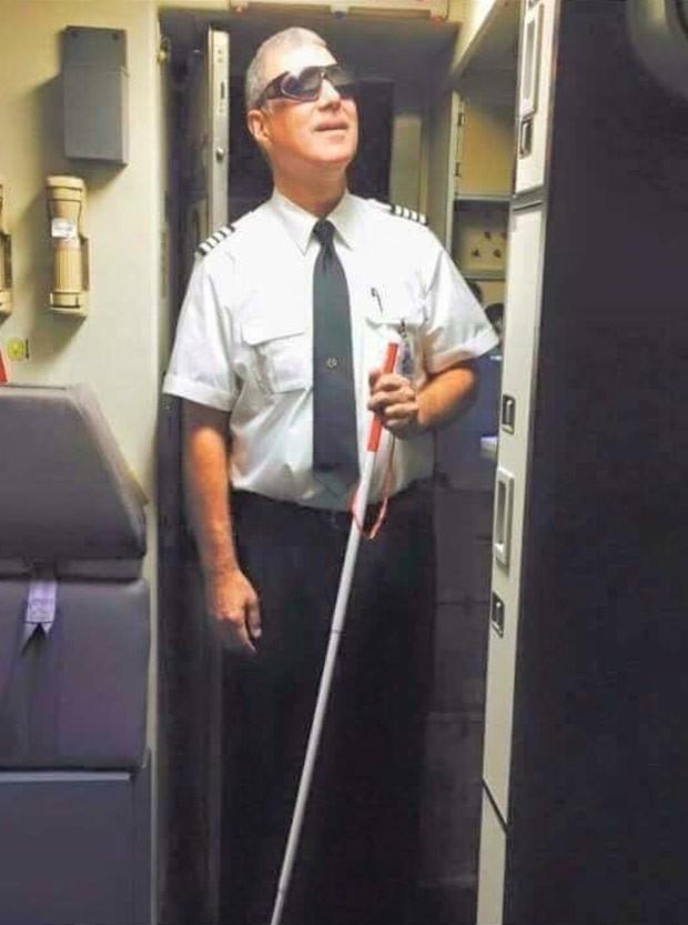 Piloto de avião cria polêmica ao usar 'fantasia de cego' para o Halloween (Foto: Reprodução/Reddit/Fosh1zzle)