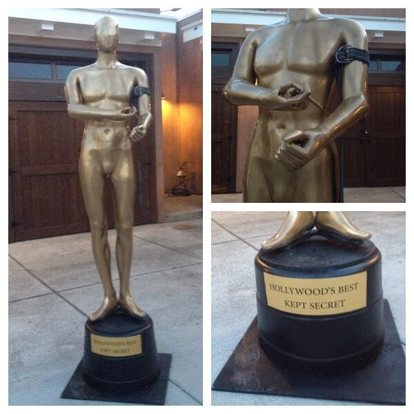 Instalação artística mostra a estatueta do Oscar consumindo heroína (Foto: Reprodução Twitter)