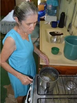Dona Delcina, cega, prepara o café da família (Foto: Hudson Pimentel/G1)
