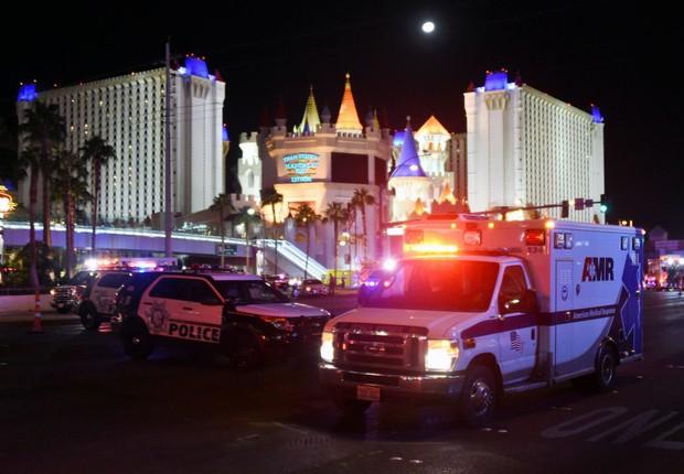 Veículos policiais e ambulâncias formam barreira em local próximo ao tiroteio que deixou mais de 50 mortos em Las Vegas (Foto: Ethan Miller/Getty Images)