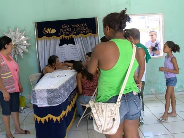 Corpo de jovem morta pelo ex-namorada é velado no Espírito Santo. (Foto: Reprodução/TV Gazeta)