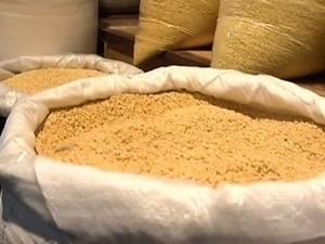 Farinha de mandioca produzida de maneira artesanal teve maior alta nos preços (Foto: Reprodução/TV Mirante)