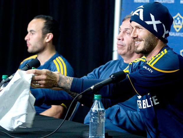 Beckham autografa uma cueca durante a coletiva do LA Galaxy (Foto: Reuters)