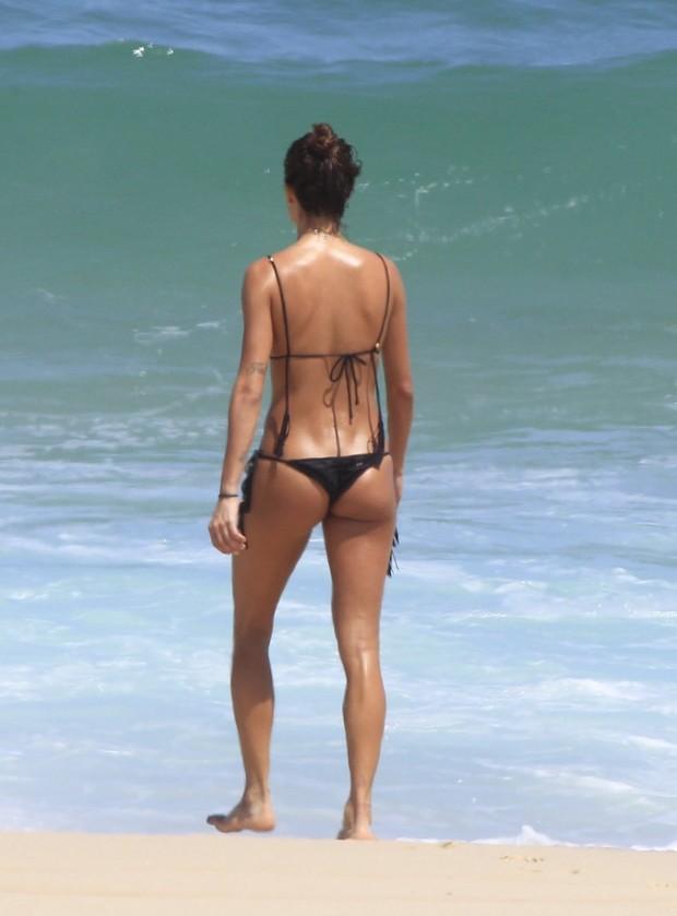 Thaila Ayala na praia do Recreio dos Bandeirantes, RJ (Foto: Delson Silva / Agnews)