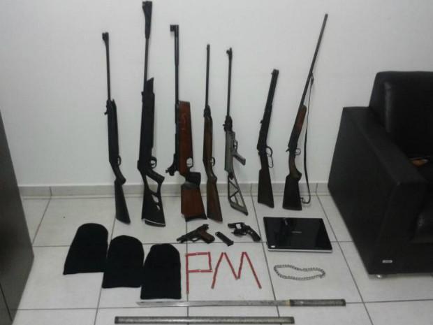 Armas foram apreendidas em carro deixado pelo grupo (Foto: Divulgação/ PM Tatuí)