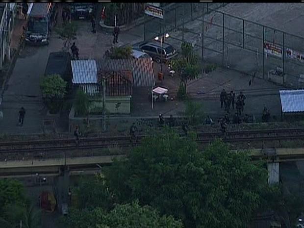 Agentes da polícia nos trilhos na comunidade da Barreira do Vasco, na Zona Norte (Foto: Reprodução/ TV Globo)