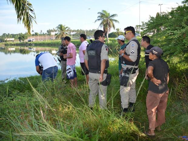 Corpo de menino foi encontrado boiando em lagoa, em João Pessoa (Foto: Walter Paparazzo/G1)