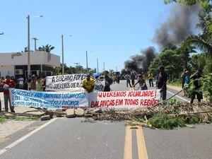Manifestantes pedem a desinstalação de balança em rodovia do Piauí (Foto: Gil Oliveira/ G1)