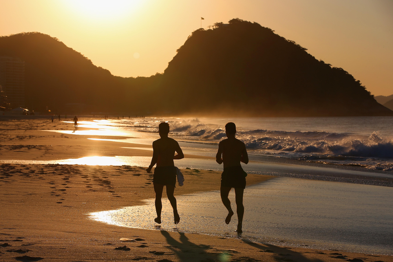 Corredores na praia de Copacabana (Foto: Getty Images/ Julian Finney)