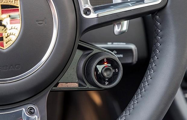 Ajustes de modos no volante incluem botão de resposta esportiva (Foto: Divulgação)