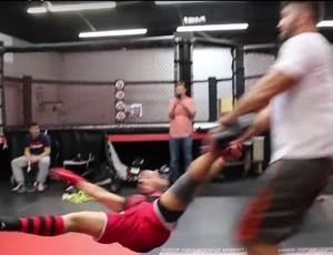 BLOG: Gigante Andrei Arlovski faz John Dodson de boneco e arremessa amigo em treino