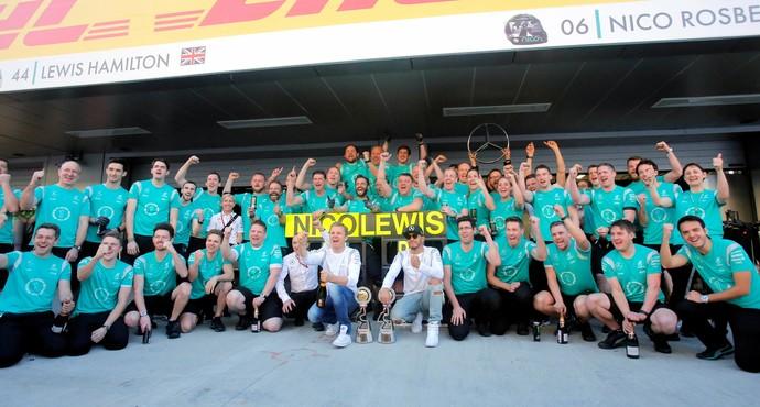 Foto da Mercedes por dobradinha de Nico Rosberg e Lewis Hamilton (Foto: Reuters)