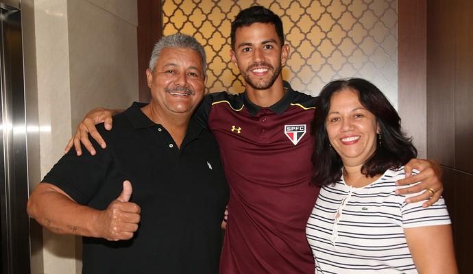 Renan Ribeiro São Paulo com os pais (Foto: divulgação / São Paulo FC)