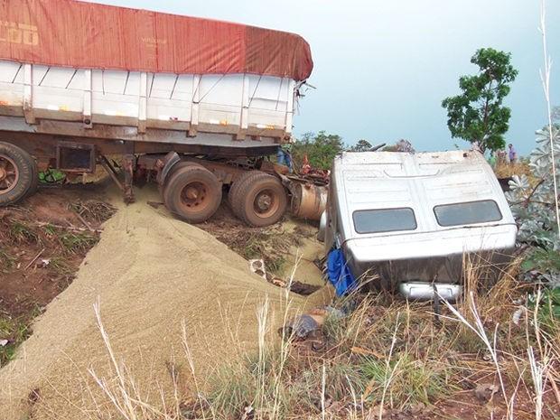 Carreta e caminhão bateram de frente, na MT-130, nesta terça-feira. (Foto: Edgard Costa/Paranatinga News)