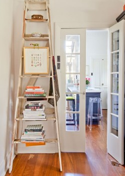 Sabe aquela escada esquecida no quarto da bagunça? Ela pode ganhar muitas funções interessantes  (Foto: Reprodução/Design Sponge)