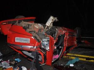 Carro ficou totalmente destruído ao colidir com barranco em Santiago, RS (Foto: Arami Fumaco/RBS TV)