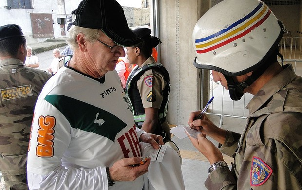 Torcedor tem o rádio de pilha cadastrado pela Polícia Militar, América-MG (Foto: Rodrigo Fuscaldi / Globoesporte.com)