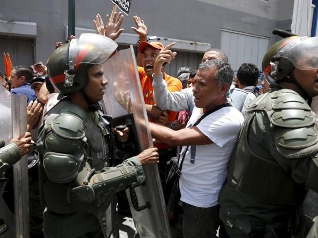 Policiais contém manifestantes que apoiam o oposicionista Leopoldo Lopez, em frente ao Palácio de Justiça em Caracas, na quinta (10) (Foto: Reuters/Carlos Garcia Rawlins)