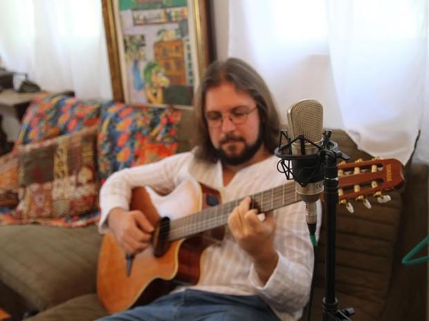Vídeo traz voz e violão de Yuri Guijansque (Foto: Divulgação/ Sonzêra)
