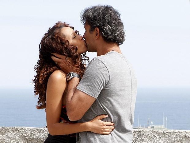 Que paixão é essa?! Gilson se declara para a musa do Borralho (Foto: Cheias de Charme / TV Globo)