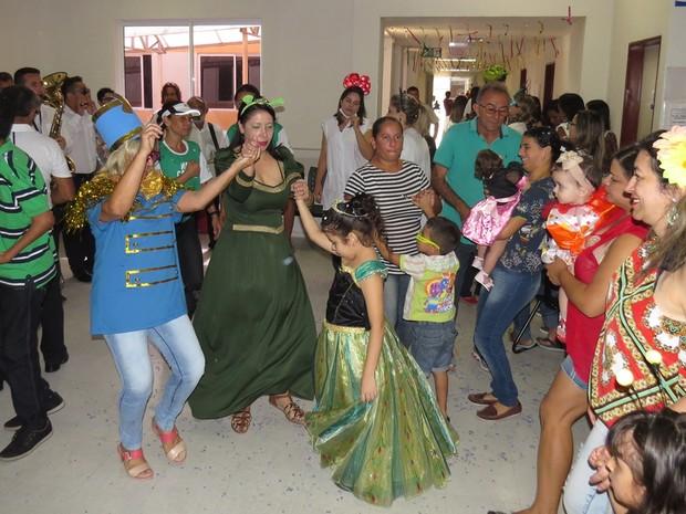 Crianças com deficiência participaram de bloquinho de carnaval à fantasia (Foto: Artur Lira/G1)