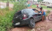 Internauta faz vídeo de carro atolado em vala após chuva; veja imagens (Marçal Silva/VC no G1)