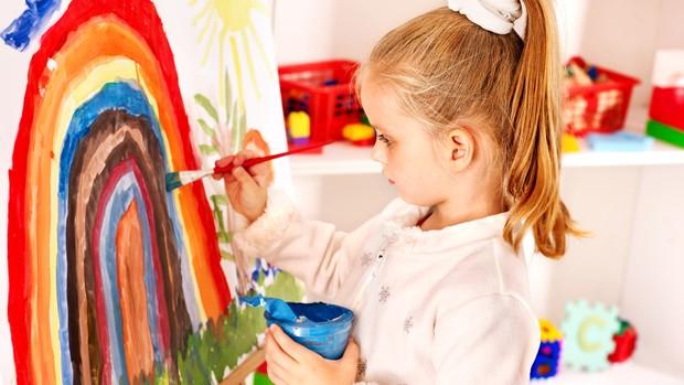 escola_pintando_menina (Foto: Shutterstock)