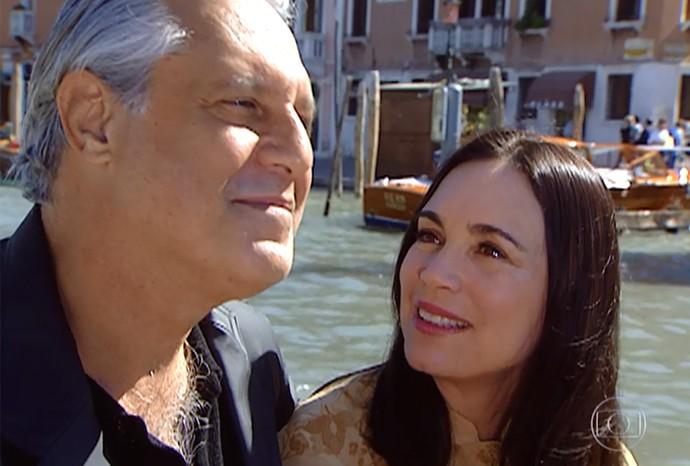 Atílio e Helena passeiam em gôndola em Veneza (Foto: Divulgação/TV Globo)