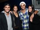 Com a namorada, Bruno Gissoni prestigia o irmão em show