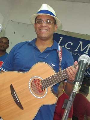 Marcinho H13 é viciado em samba, mas já compôs músicas para igrejas evangélicas. (Foto: Elaine Almeida / G1)